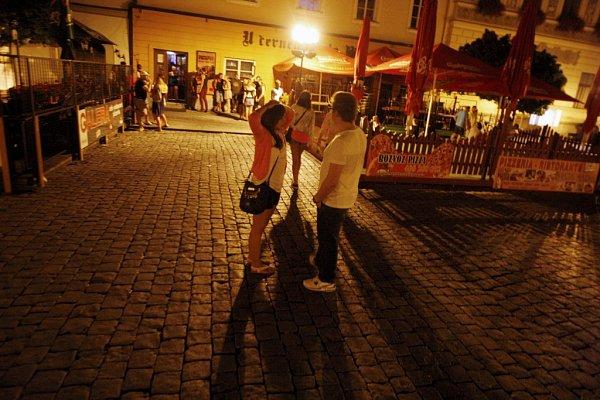 Pernštýnské náměstí ovíkendu. Oáza ticha to zrovna není, ale na počty lidí a barů je tu vpodstatě klid.