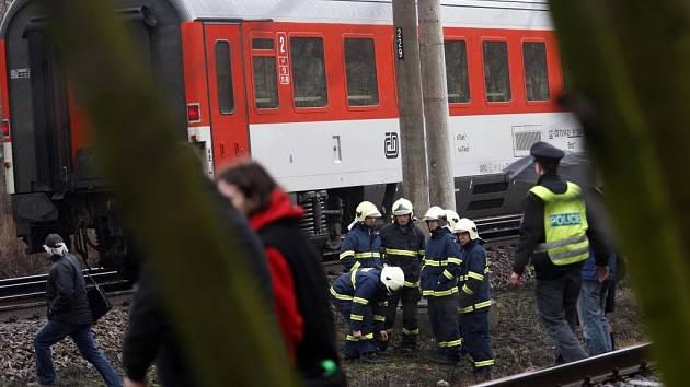 Muže přecházejícího koleje pár metrů od podchodu srazil vlak. Nepřežil