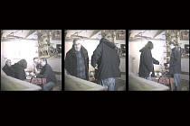 Svatopluk Kodet a Ján Kasič předávají úplatek. Přímo před skrytou kamerou.