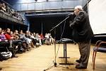 Bývalý kanonýr Augustin Bubník  vyrazil v úterý do Pardubic, kde besedoval ze studenty Gymnázia Mozartova v rámci projektu Příběhy bezpráví, připravovaného společností Člověk v tísni.
