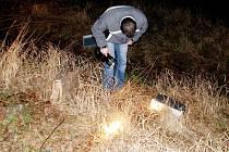 Části nalezené pokladny ležely v příkopu vedle cesty