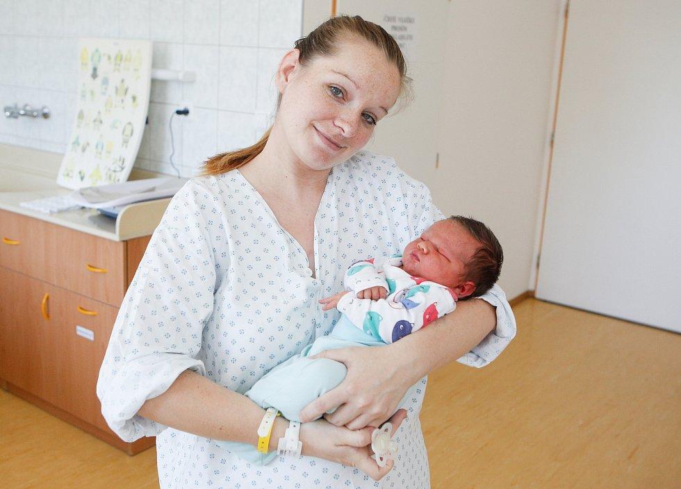TADEÁŠ NOVOTNÝ se narodil 8. července v 11 hodin a 32 minut. Vážil 4260 g a měřil 53 cm.