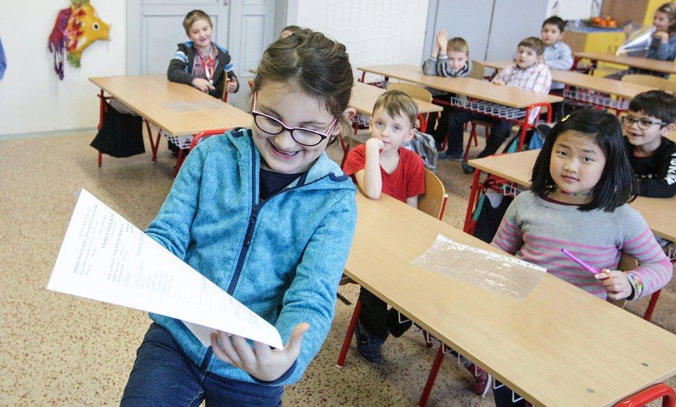 Žáci I.B pardubické Základní školy Bratranců Veverkových dostali své první vysvědčení.