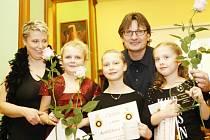 Luboš Kubík a trenérka Eva Šmeralová s trojicí nejlepších děvčat přípravky Terezou Holoubkovou, Marií Koblížkovou a vítězkou Lenkou Hlušičkovou (zleva).