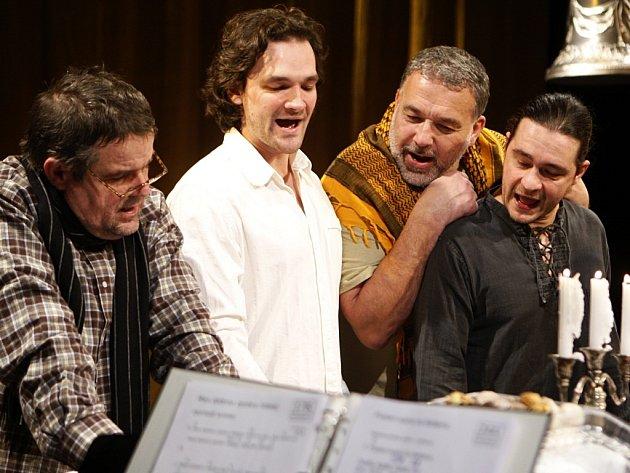 Štědrovečerní zpívání v pardubickém divadle. Lexa Postler, Tomáš Novotný, Pavel Novotný a Ladislav Špiner.