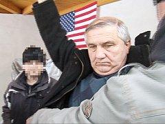 Záběry ze zatčení Jána Kasiče a Svatopluka Kodeta