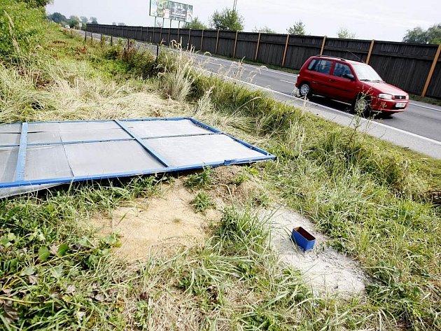 Jen kusy plechu zůstaly po reklamních billboardech. Ty si od silnice odvezl dosud neznámý pachatel