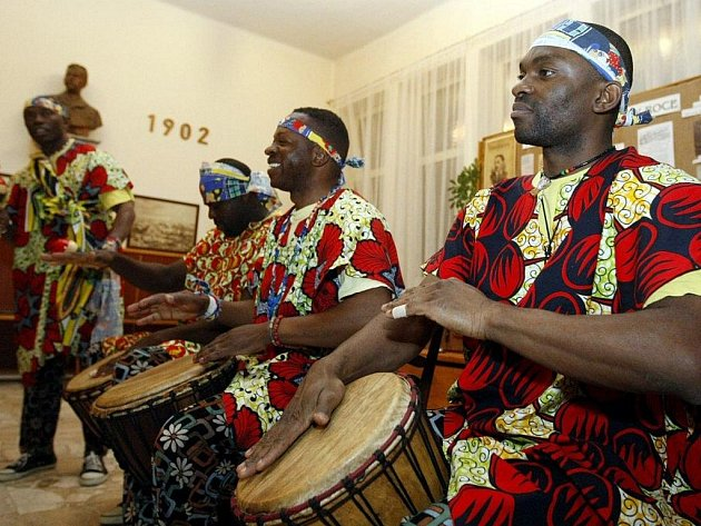 Nočními Holicemi zněly zvuky černé Afriky