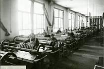 Dělnice montující ústředny, rok 1932.