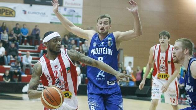 Pardubice (v bílém) při utkání s Prostějovem (archivní foto)
