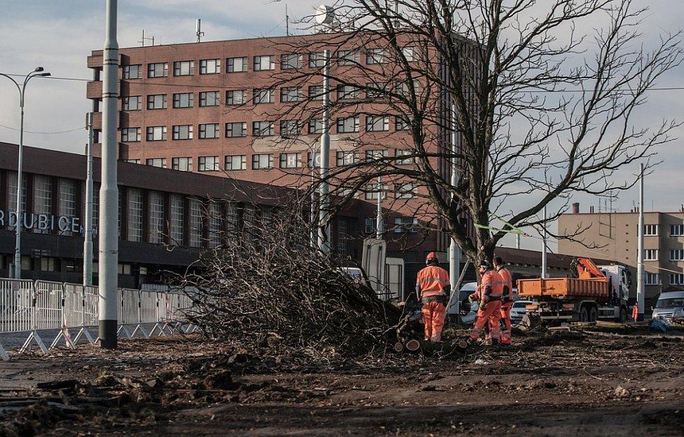 ŘÍJEN. Začala dlouho očekávaná oprava prostoru před pardubickým vlakovým nádražím. Firma Strabag by měla během 180 dní vybudovat moderní multimodální uzel za necelých 180 milionů korun.