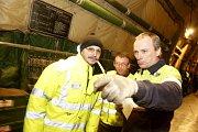 Uložení nákladu na palubě má na starosti posádka Ruslanu ve spolupráci s našimi vojáky.