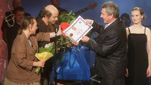 Herci Martin Matejka a Michaela Doležalová přebírají ocenění