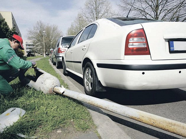 V loňském dubnu se v Rumunské ulici v Pardubicích sama od sebe poroučela k zemi lampa veřejného osvětlení, a to přímo na zaparkovaný osobní automobil.