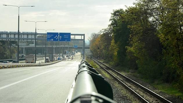 Na křižovatce u Parama už se jezdí čtyřmi pruhy.