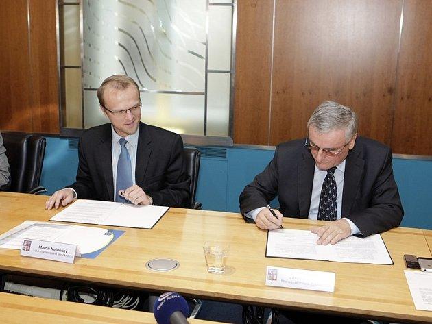 Lídr Zemanovců Jaromír Dušek (vpravo) si zapomněl psací potřeby. S podpisem koaliční dohody  mu však rychle přispěchal na pomoc budoucí hejtman Martin Netolický z ČSSD.