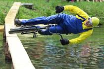 V Sezemické lávce se soutěžilo v jízdě na kole po lávce 23 metrů dlouhé a 22 centimetrů široké vedoucí přes řeku Loučnou v Zámostí. Vítězil ten, kterému se podařilo zajet nejdelší čas a dojet na druhý břeh suchý. V roce 1984 byla soutěž rozšířena o jízdu