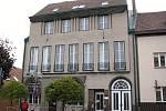 bytný dům někdejšího holického lékaře Čeňka Zemánka z roku 1912, postavený ve stylu geometrické moderny architektem Otakarem Novotným, žákem Jana Kotěry, tak dostává původní podobu.