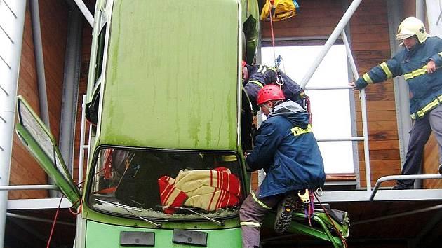 Hasiči trénovali na možnou nehodu, při které by vozidlo zůstalo viset například z mostu. K tomu účelu posloužila tréninková věž.
