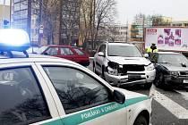 Dvě nehody naráz vyšetřovali na křižovatce u Anenského podjezdu dopravní policisté.