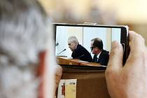 Příjetí Miloše Zemana v jednacím sále Pardubického kraje.