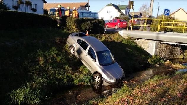 Po střetu s autobusem skončil automobil v potoce