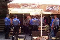 Celá policejní síla povolaná kvůli údajným 200 demonstrantům, kterých se obávali úředníci pardubického stavebního úřadu nakonec nastoupila na pardubického zastupitele, který podle úředníků narušoval řízení.