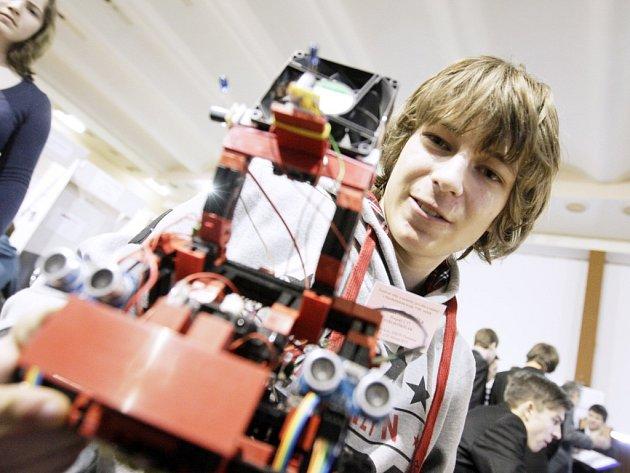 Kamil Mudruňka s robotem schopným automaticky zhášet hořící svíčky.