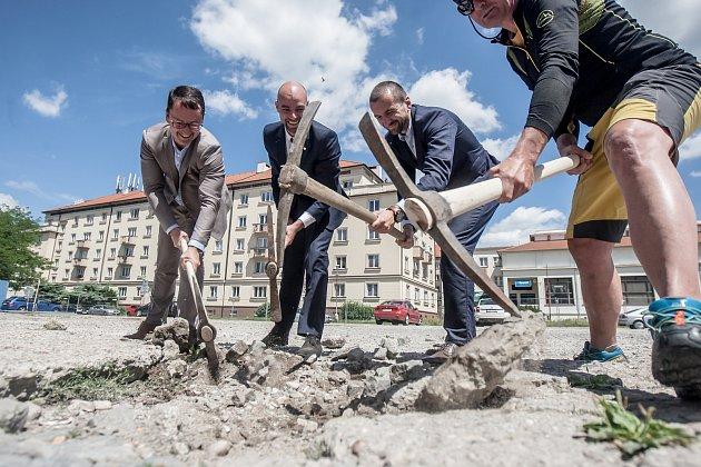 Náměstí dukelských hrdinů na pardubickém sídlišti Dukla. 3. července začala jeho rekonstrukce.