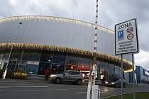 Značky oznamují řidičům u pardubického hypermarketu Albert, že zde mohou zaparkovat pouze na dvě hodiny. Město Pardubice ale neví, že by je tam povolilo.