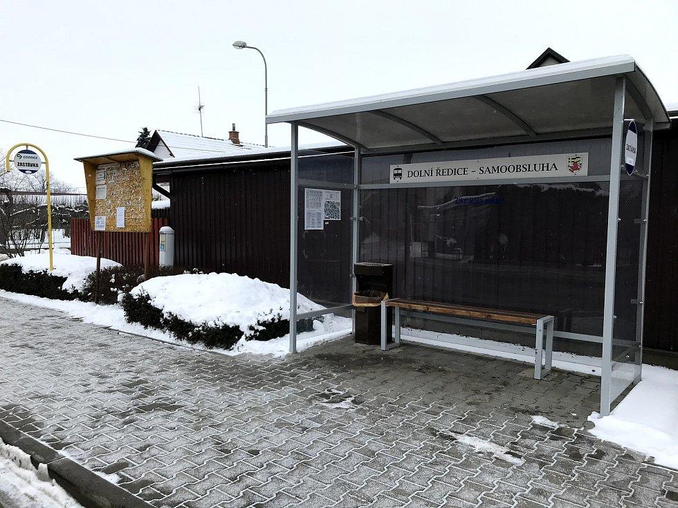 Na autobusové zastávce v Dolních Ředicích staví autobus téměř každou půlhodinu.