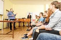 Peter Freestone, Mercuryho osobní tajemník, na dubinské základní škole vyprávěl o nemoci AIDS.