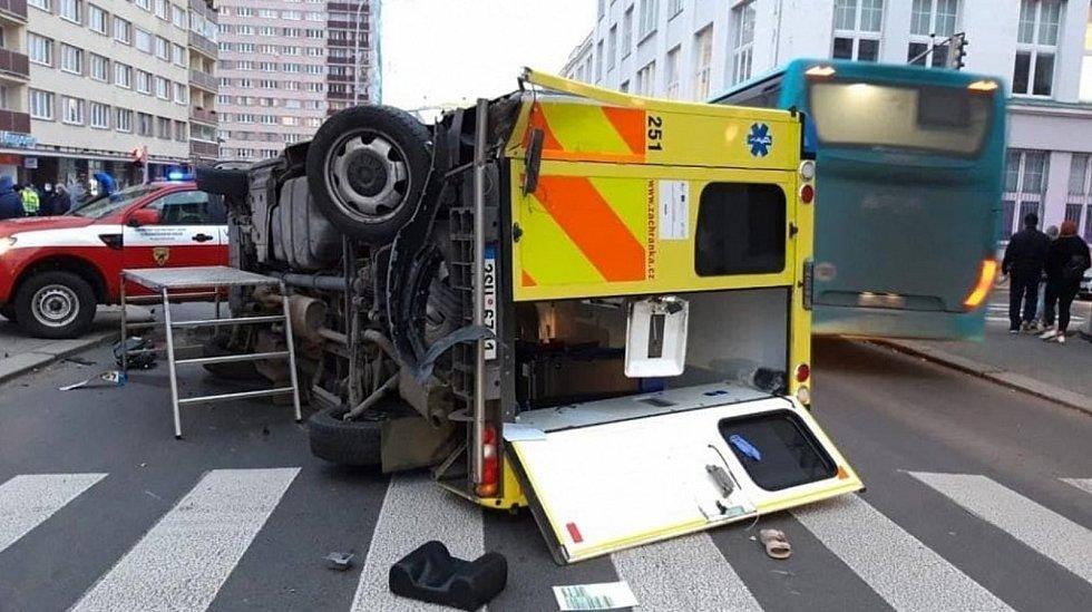 Nehoda sanitky před nemocnicí v Mladé Boleslavi