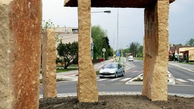 """Uprostřed Ohrazenic se objevila """"megalitická"""" stavba. Uvnitř kruhového objezdu."""