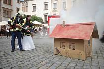 Hasiči z Pardubic připravili svému kolegovi pořádnou veselku. Ženich ale musel dokázat, že si svou nevěstu zaslouží.