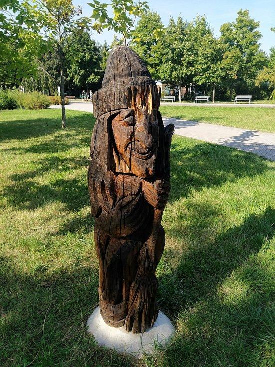 Dřevěné sochy na pardubické Dubině. Foto: Kateřina Špásová