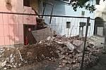 Na Příhrádku před pardubickým zámkem se sesunula část zdi historického domu.