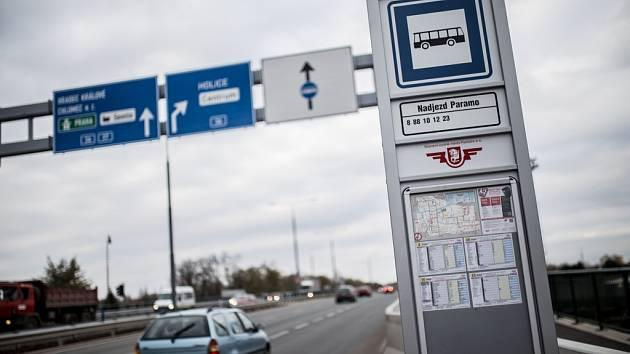 Autobusy mají vlastní vyhrazený pruh směrem k nádraží.
