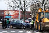 Dopravní nehoda u nádraží. Bagru se nic moc nestalo, zato osobní auto nejspíš dojezdilo...