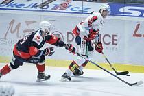 Hokejové utkání 10. kola baráže o udržení Tipsport extraligy v ledním hokeji mezi HC Dynamo Pardubice (v bílém) a Piráty Chomutov v pardudubické ČSOB pojišťovna areně.