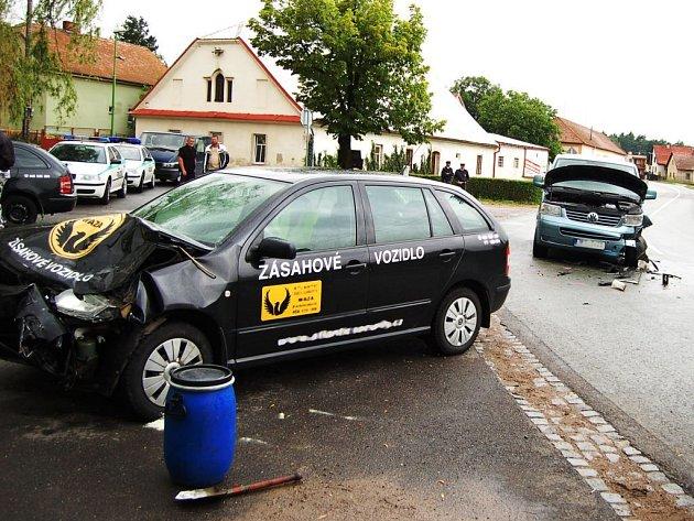 V pátek o půl jedné došlo v Dašicích v místní části Zminný k dopravní nehodě. V zatáčce se zde čelně střetla dodávka a automobil bezpečnostní agentury. K nehodě zřejmě přispěla mokrá vozovka v kombinaci s vysokou rychlostí. Řidič skončil v nemocnici.