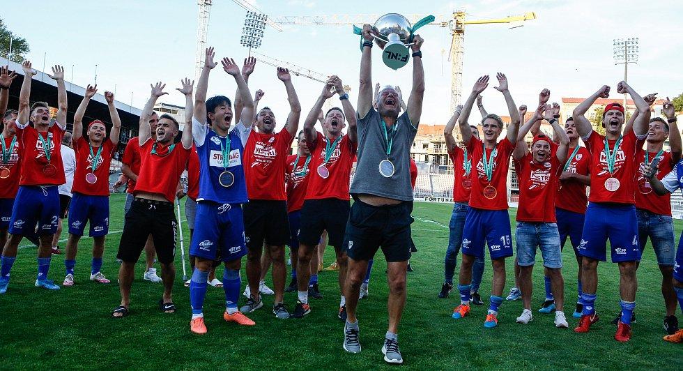 Utkání Fotbalové národní ligy mezi FK Viktoria Žižkov (v bíločerveném) a FK Pardubice (v modrém).