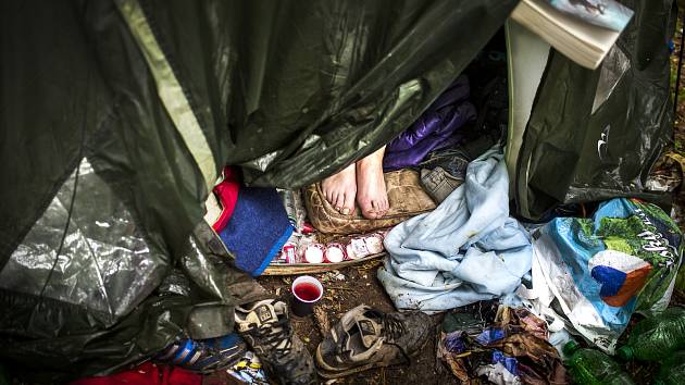 K lidem bez domova se kvalitní boty většinou nedostanou, z čehož pramení zdravotní problémy.