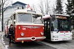 Historický trolejbus Škoda 8Tr z roku 1960 v pátek v Pardubicích slavnostně otevřel provoz na nových trolejbusových tratích.