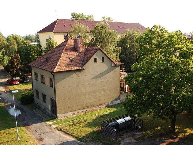 Místo domku má vyrůst bytový dům