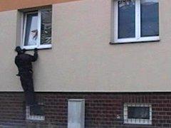 Ze záchrany kočky zaseknuté v okně.