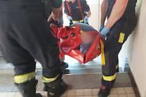Zraněný muž volal o pomoc, zachránili ho sousedi, kteří ho zaslechli před zeď.