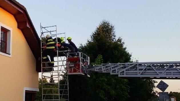 K záchraně muže, který zkolaboval na lešení u střechy domu na Holicku, spěchali v sobotu v podvečer profesionální hasiči z Holic.