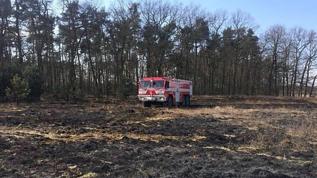 Požár trávy na pětistech metrech čtverečních likvidovali hasiči v úterý u Rybitví.