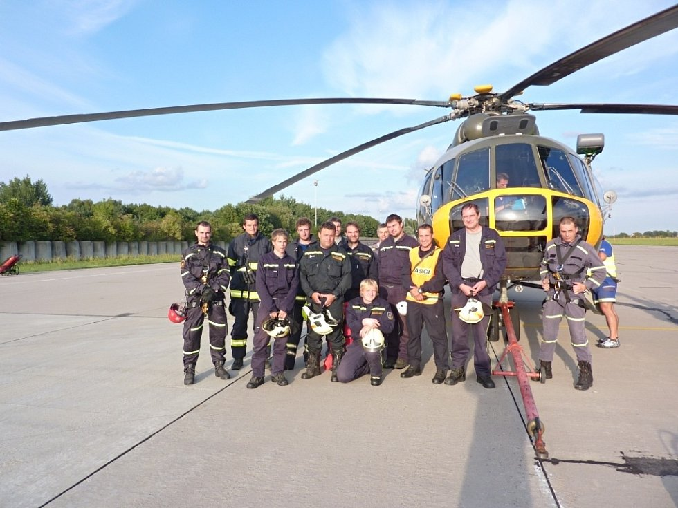 Evakuace, transport a převoz raněných vrtulníkem má svá přísná bezpečnostní pravidla. Centrum leteckého výcviku Pardubice umožňuje tyto situace cvičit i dobrovolným hasičům, kteří by si jinak takto specializovaný výcvik jen těžko sháněli.